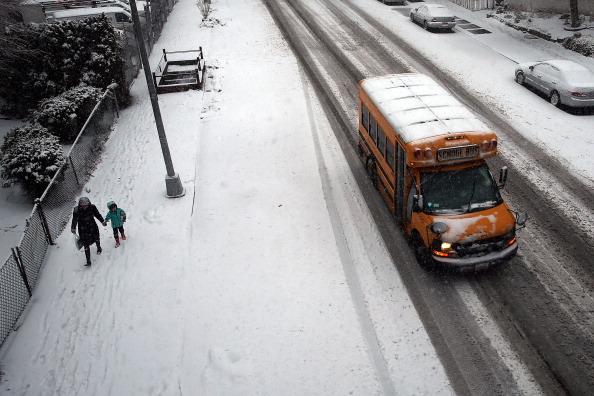 School Bus「New York City Hit With Another Winter Snowstorm」:写真・画像(6)[壁紙.com]
