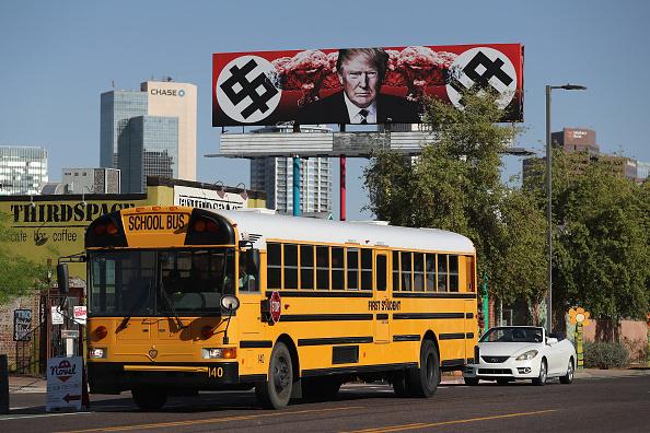School Bus「Anti-Trump Billboard in Phoenix Displays Swastika-Like Dollar Signs」:写真・画像(9)[壁紙.com]