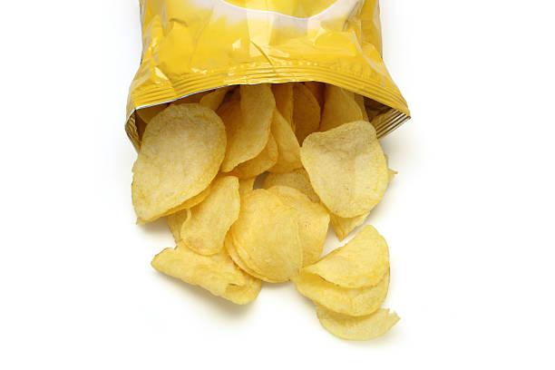 Chips spilling out of an open bag:スマホ壁紙(壁紙.com)