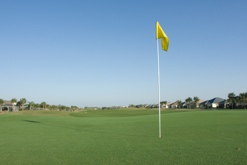 Sports Flag「yellow flag on golf course surrounded by houses」:スマホ壁紙(19)