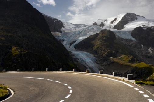 Road Marking「Susten pass road, Stein Glacier in background」:スマホ壁紙(10)