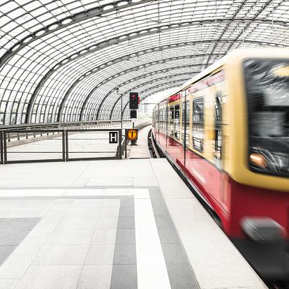Railway「列車での移動に、未来的なステーション」:スマホ壁紙(14)