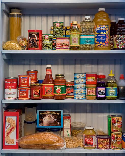 Food items on pantry shelves:スマホ壁紙(壁紙.com)