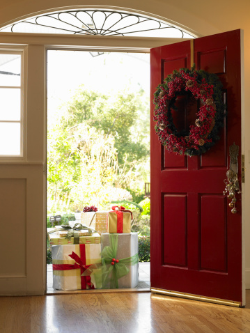 Wreath「Stack of gifts outside front door」:スマホ壁紙(10)