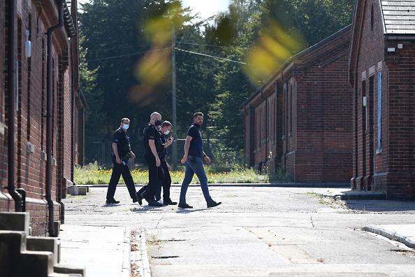 Small Office「First Asylum Seekers Arrive At Kent Army Barracks」:写真・画像(5)[壁紙.com]