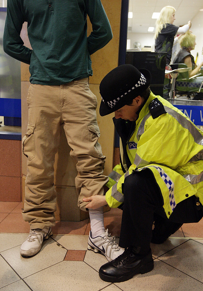 Searching「Police Tackle Knife Crime With Stop And Search」:写真・画像(3)[壁紙.com]
