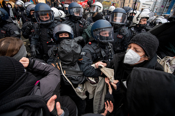 Pushing「Lockdown Protesters Gather In Frankfurt Despite Demonstration Ban」:写真・画像(6)[壁紙.com]