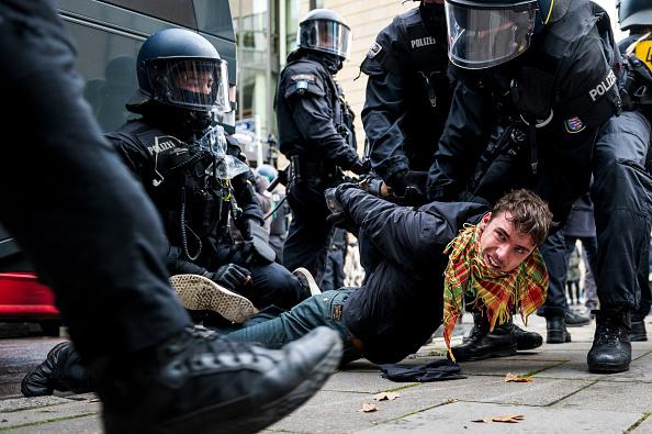 Thomas Lohnes「Querdenken Initiative Protests In Frankfurt Against Coronavirus Lockdown Measures」:写真・画像(11)[壁紙.com]