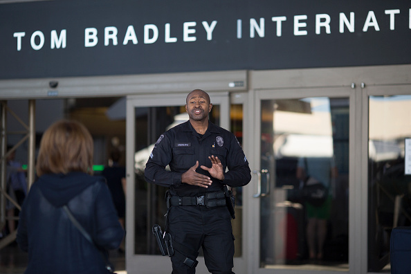 LAX Airport「Los Angeles Beefs Up Security At Transportation Hubs After Brussels Bombings」:写真・画像(7)[壁紙.com]