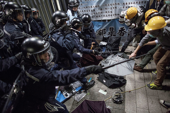 Pro-Democracy「Police & Bailiffs Move In To Clear Hong Kong Protest Sites After Seven Weeks of Demonstrations」:写真・画像(7)[壁紙.com]