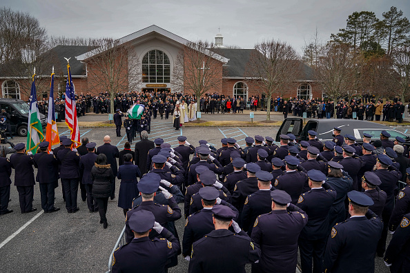Drew Angerer「Funeral Held For NYPD Detective Killed During Attempted Robbery In Queens」:写真・画像(17)[壁紙.com]
