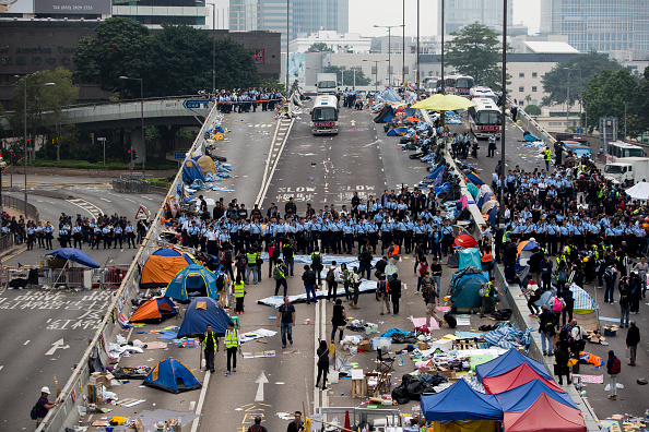 Brent Lewin「Authorities Move In To Clear Away Remaining Hong Kong Protest Sites」:写真・画像(5)[壁紙.com]