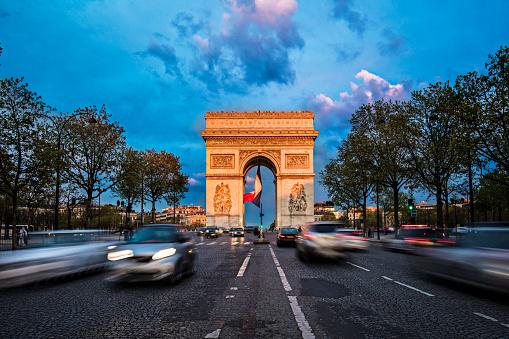 Ile-de-France「Cars moving on road at Arc de Triomphe against sky」:スマホ壁紙(12)