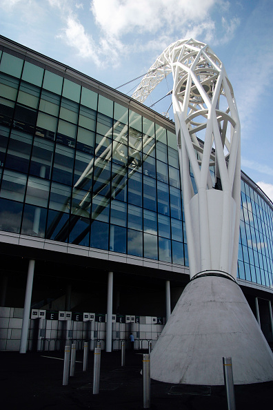 Sunny「Wembley Stadium was designed by architects HOK Sport and Foster & Partners with Engineers Mott Macdonald and was built by Multiplex.  The signature feature is the circular section lattice arch which is 133 metres tall and sits above the northern half of」:写真・画像(11)[壁紙.com]