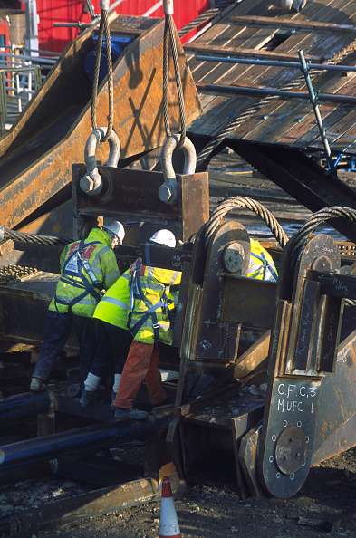 Meter - Unit of Length「Wembley stadium-London: Preparing calbes and hook for a huge crane lift of a steel p[latform during welding on the interlacing steel tubes of the signature arch, constructed on the ground by Cleveland Bridge (before litigation withmain contractor Multipl」:写真・画像(15)[壁紙.com]