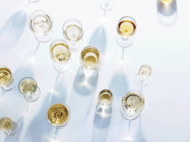 Wine glasses with white wine on white tablecloth:スマホ壁紙(壁紙.com)