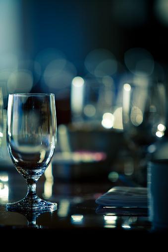 Selective Focus「ワイングラスでお洒落なレストラン」:スマホ壁紙(17)