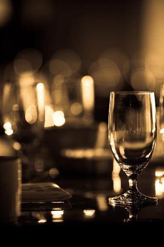 Selective Focus「ワイングラスでお洒落なレストラン」:スマホ壁紙(16)
