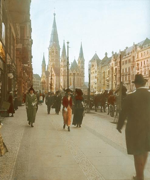 Imagno「New fashion for New women. Tauentzienstrasse. Berlin. In the background the Kaiser Wilhelm Gedächtniskirche. Hand-colored lantern slide around 1910.」:写真・画像(1)[壁紙.com]