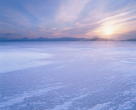 Hokkaido「The Sun Rising Over Frozen Lake Kussharo in Winter. Teshikaga, Hokkaido, Japan」:スマホ壁紙(16)