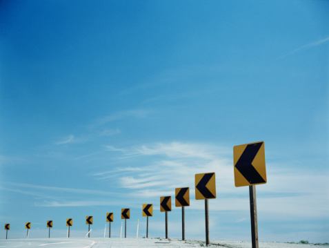 Direction「Traffic arrows around bend in round」:スマホ壁紙(9)