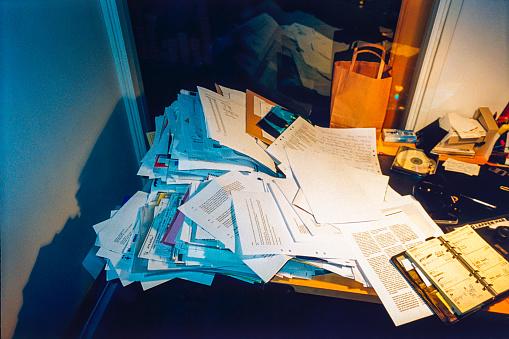 Calendar「Messy Office Desk Piled With Paperwork」:スマホ壁紙(15)