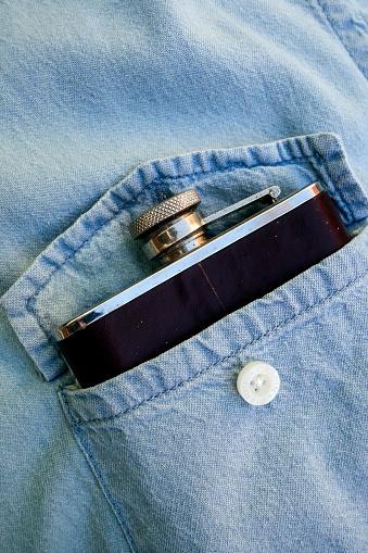 ウィスキー「Whisky flask in denim shirt pocket」:スマホ壁紙(17)