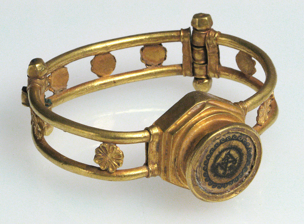 Protection「Gold And Niello Bracelet」:写真・画像(12)[壁紙.com]
