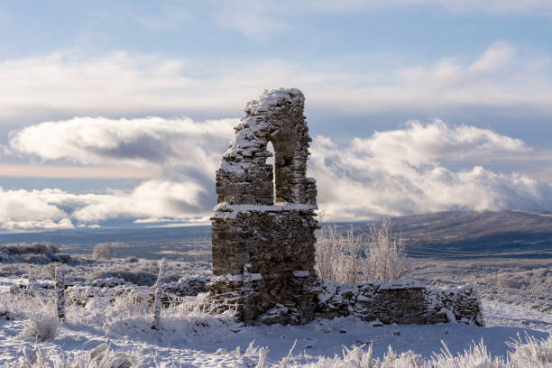 Ruin in snow at Way of St. James, near Cruz de Ferro, Spain:スマホ壁紙(壁紙.com)