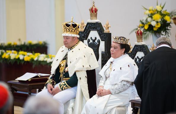 座る「Tonga Marks Coronation Of King Tupou VI」:写真・画像(10)[壁紙.com]