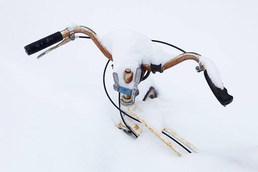 雪の吹きだまり「雪の中で古いさびた自転車ハンドルバー」:スマホ壁紙(15)