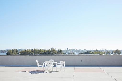 昼間「Empty chairs and table in the city.」:スマホ壁紙(3)