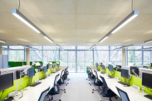ビジネスと経済「Modern open plan office with hot desks.」:スマホ壁紙(11)