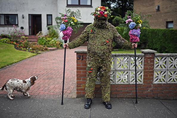 Offbeat「Burdock Covered Burry Man Brings Luck To Scottish Town」:写真・画像(6)[壁紙.com]