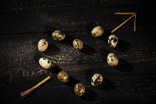 キューピット「Quail eggs shaped as a heart and arrow made of straw on dark wood」:スマホ壁紙(13)