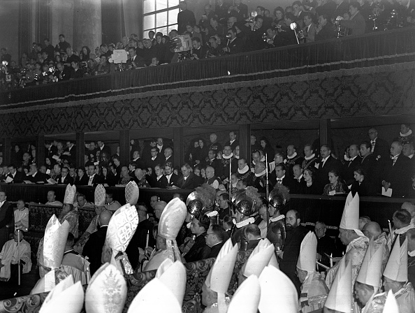 Religious Icon「Pope Pius XII opens the ceremonial doors for the Jubilee year 1950」:写真・画像(12)[壁紙.com]