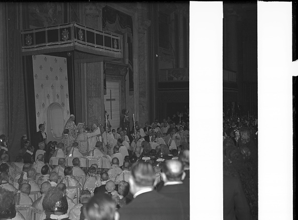 Basilica「Pope Pius XII opens the ceremonial doors for the Jubilee year 1950」:写真・画像(15)[壁紙.com]