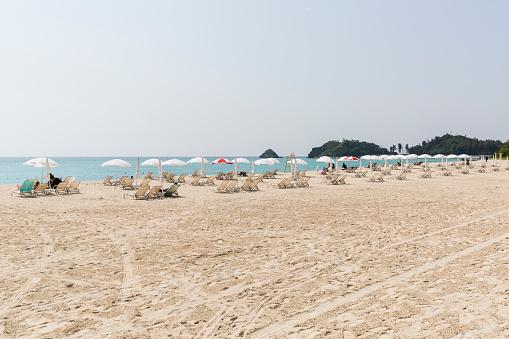 リゾート地「Deckchairs and Parasols on Okuma Beach, Okinawa Island」:スマホ壁紙(12)