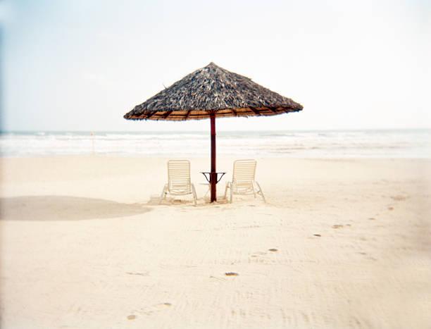 Deckchairs with bamboo thatch umbrella on beach:スマホ壁紙(壁紙.com)