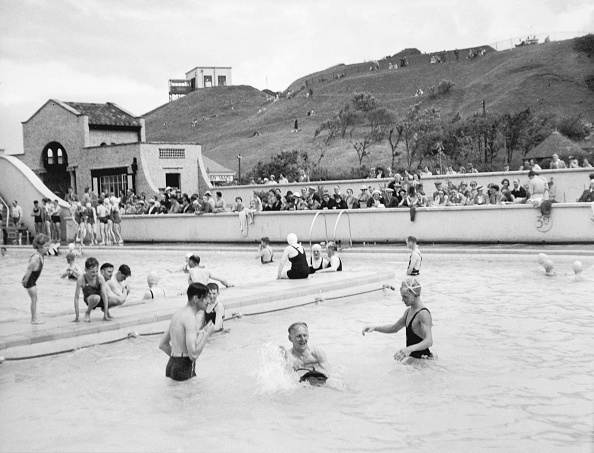 Large Group Of People「Scarborough Pool」:写真・画像(3)[壁紙.com]