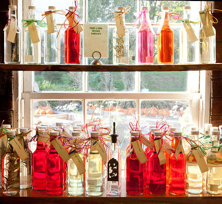 Tarragon「Display of herb and fruit infused vinegar in a barn at a farmer's market in New England, USA—part of a series」:スマホ壁紙(3)