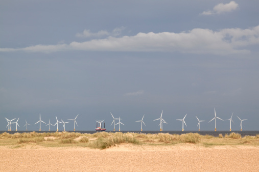 Great Yarmouth - Norfolk「Off-shore wind farm with jack-up maintenance barge」:スマホ壁紙(8)