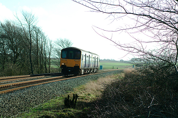 Approaching「The rural landscape of Lancashire flattens towards the coast as witness the scene of a Buxton - Blackpool North service passing Singleton on the approach to the coast. February 2004.」:写真・画像(9)[壁紙.com]