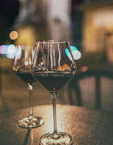 French Culture「In Paris, two glasses of red wine on a table, at a sidewalk a café bar.」:スマホ壁紙(1)