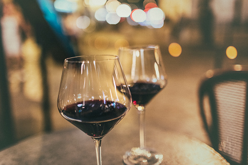 Focus On Foreground「In Paris, two glasses of red wine on a table, at a sidewalk a café bar.」:スマホ壁紙(1)