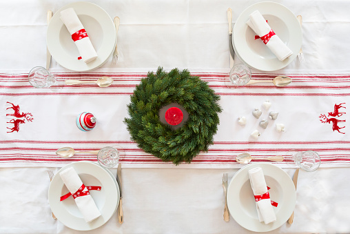 Place Setting「Red-white laid table with Advent wreath at Christmas time」:スマホ壁紙(4)
