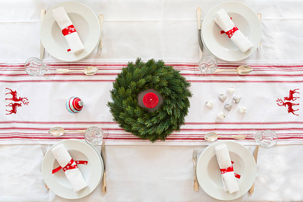 Red-white laid table with Advent wreath at Christmas time:スマホ壁紙(壁紙.com)