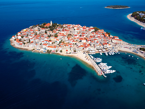 Ship「マリーナ、リゾート アドリア海町プリモシュテン、クロアチアの空中パノラマ。」:スマホ壁紙(11)