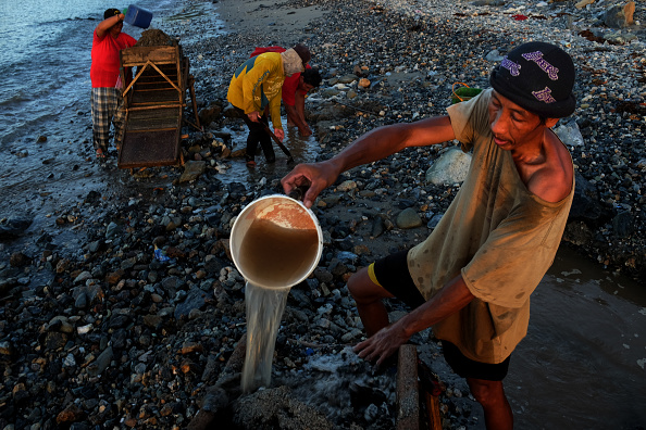 Finance and Economy「Filipino Workers Dive For Gold At Hazardous Small-Scale Mines」:写真・画像(18)[壁紙.com]
