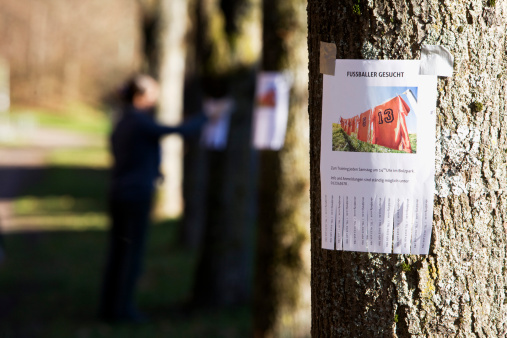 Classified Ad「note with ad searching for football players sticking on tree」:スマホ壁紙(18)